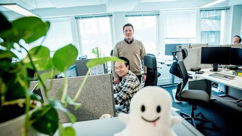 Byråleder Lars Johanson (bak) i Synlighet ser at det er blitt færre annonsører, men mener likevel at Snapchat er en god formidlingskanal. Her sammen med Allan Chan (sittende), som er ansvarlig for sosiale medier.