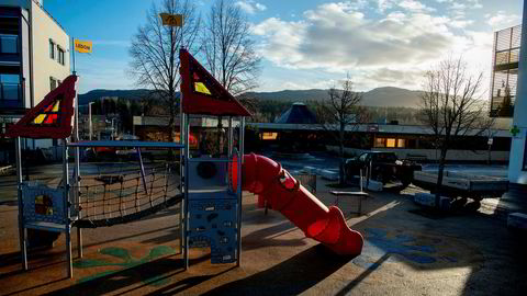 Regjeringen har bestemt at barnehagene skal holde stengt, men den har også pålagt dem å opprettholde et tilbud til barn av foresatte med kritiske samfunnsfunksjoner og til barn med særlige omsorgsbehov, skriver Anne Lindboe.