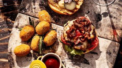 Ta en fransk en. Kullgrillet burger med dijonnaise, comté og pariseragurk er sommerens kongeburger.