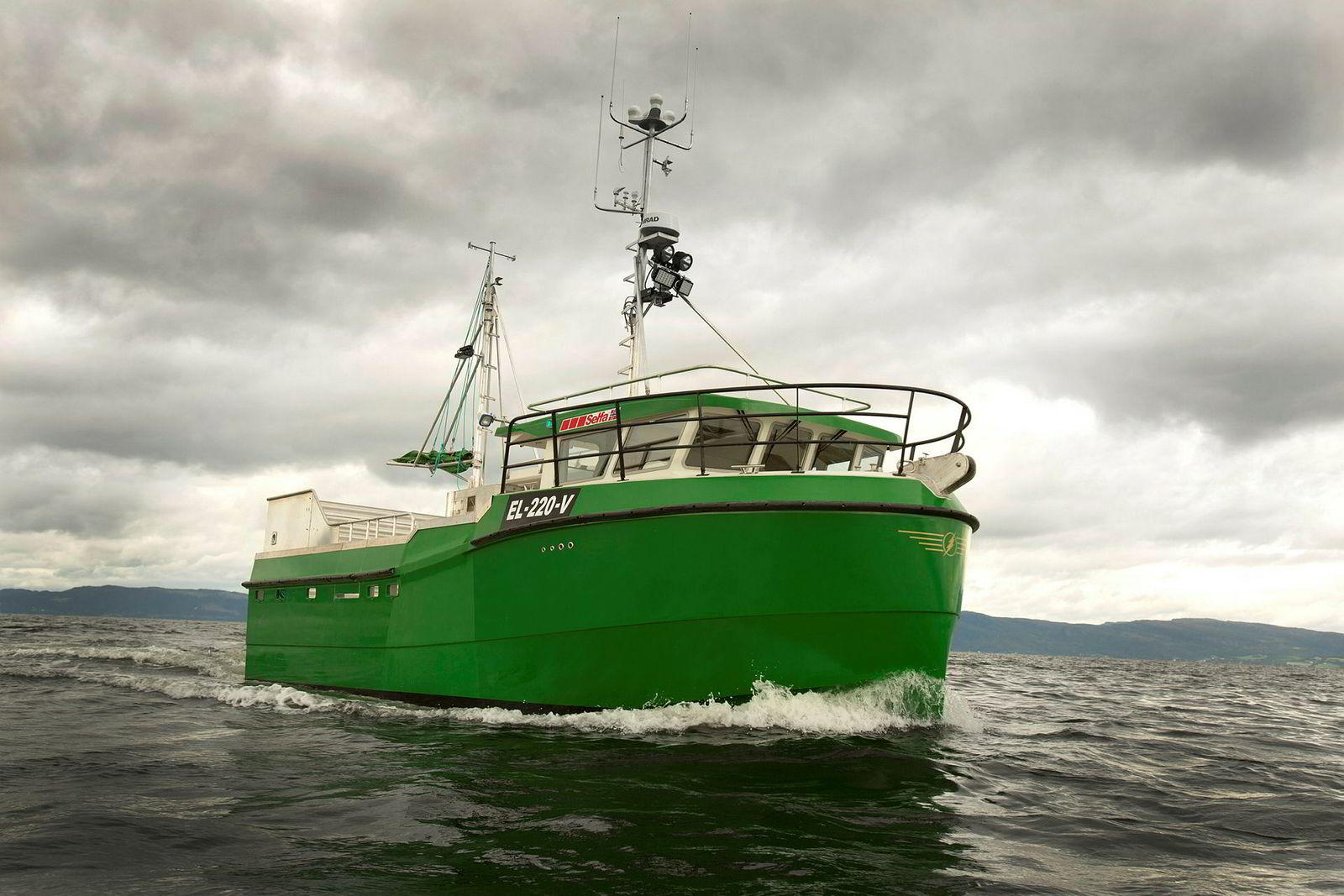 Fiskebåten Karoline bråker ikke, er rimelig i drift,  har en lykkelig eier og har foreløpig ladekabelen nesten for seg selv.
