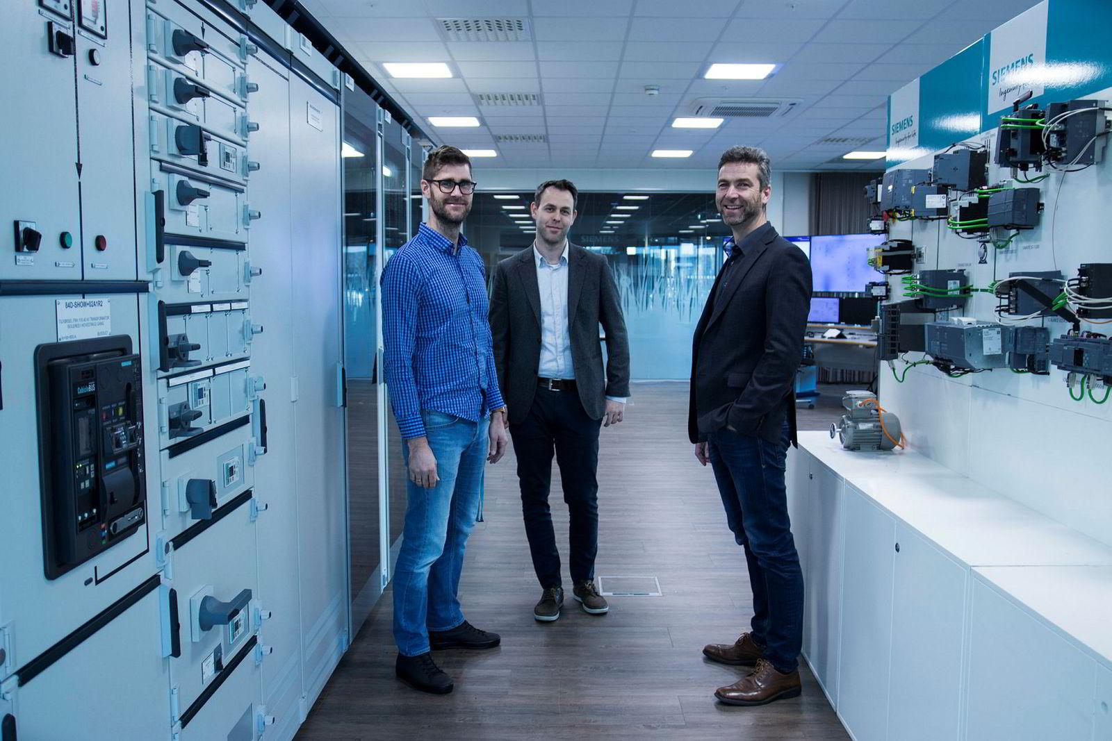 Eirik Harstad, Jostein Sand Kjellsen og Torbjørn Bøe i demonstrasjonsrommet ved Siemens Stavanger, der de viser frem ny teknologi. Foto: DNX