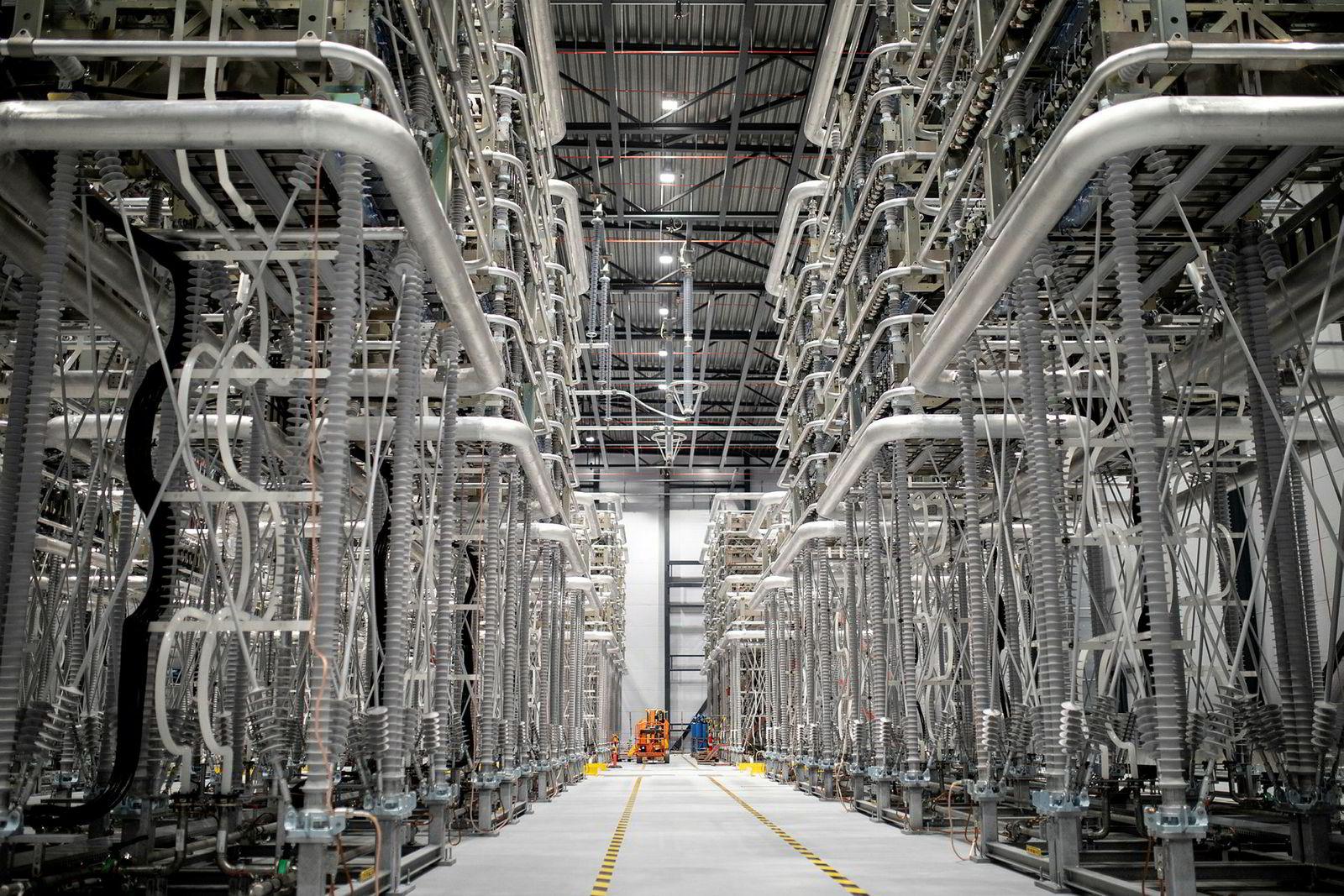 Omformerne er konstruert for å konvertere kraftoverføringsnettverket fra AC til DC og omvendt. Systemet styres av it-systemer med høy sikkerhet.