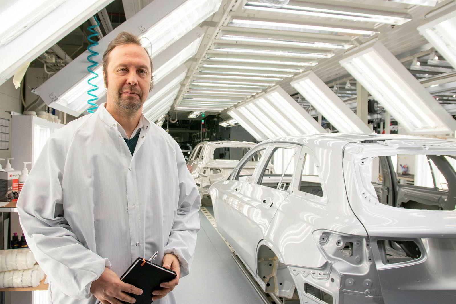 – Jeg vil si at utviklingen av roboter går raskere enn utviklingen innenfor data, selv om mange tror det er motsatt, sier Mikael Mäki, kommunikasjonssjef i Valmet Automotive.