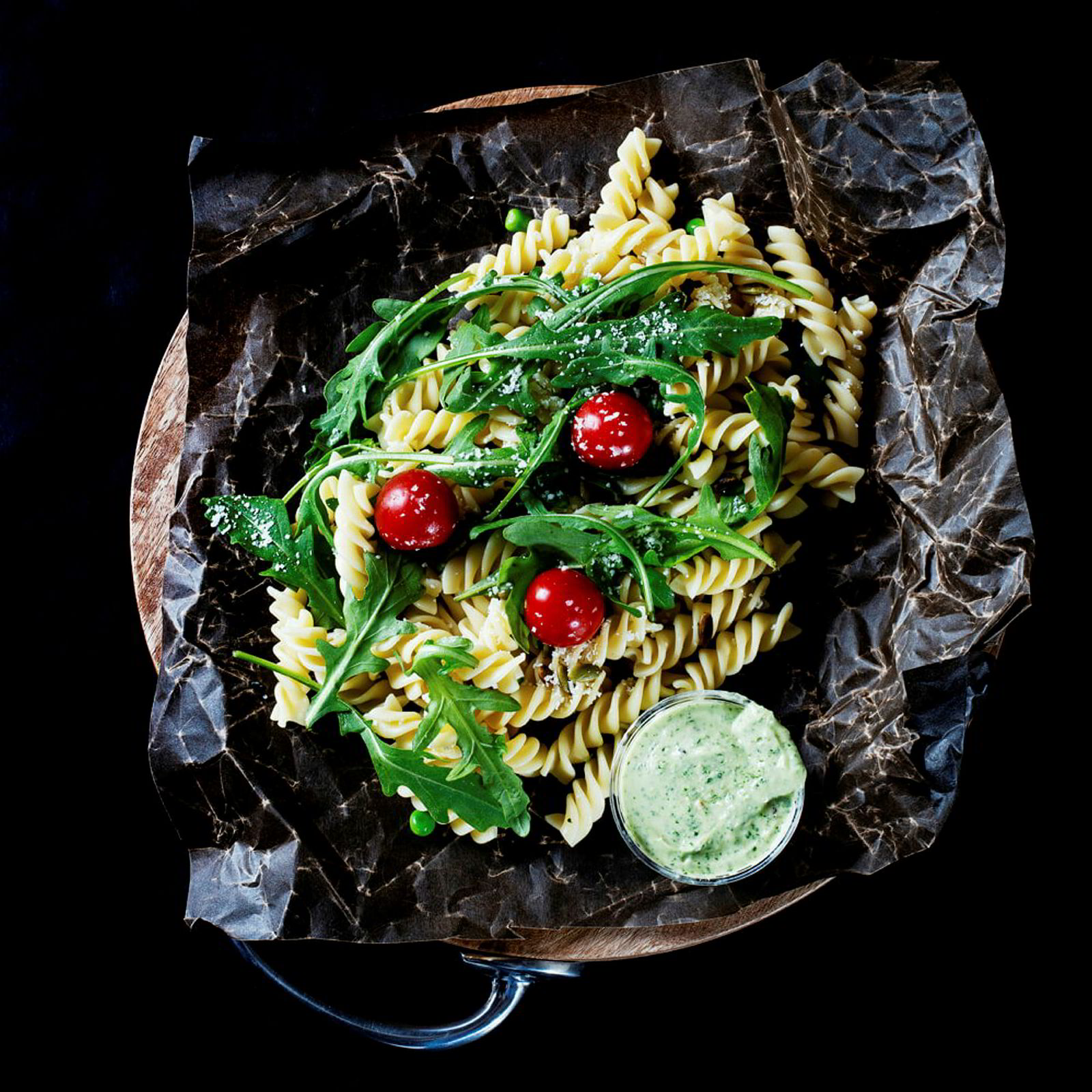 Sunt og godt: pastasalat med friske grønnsaker og hjemmelaget dressing.