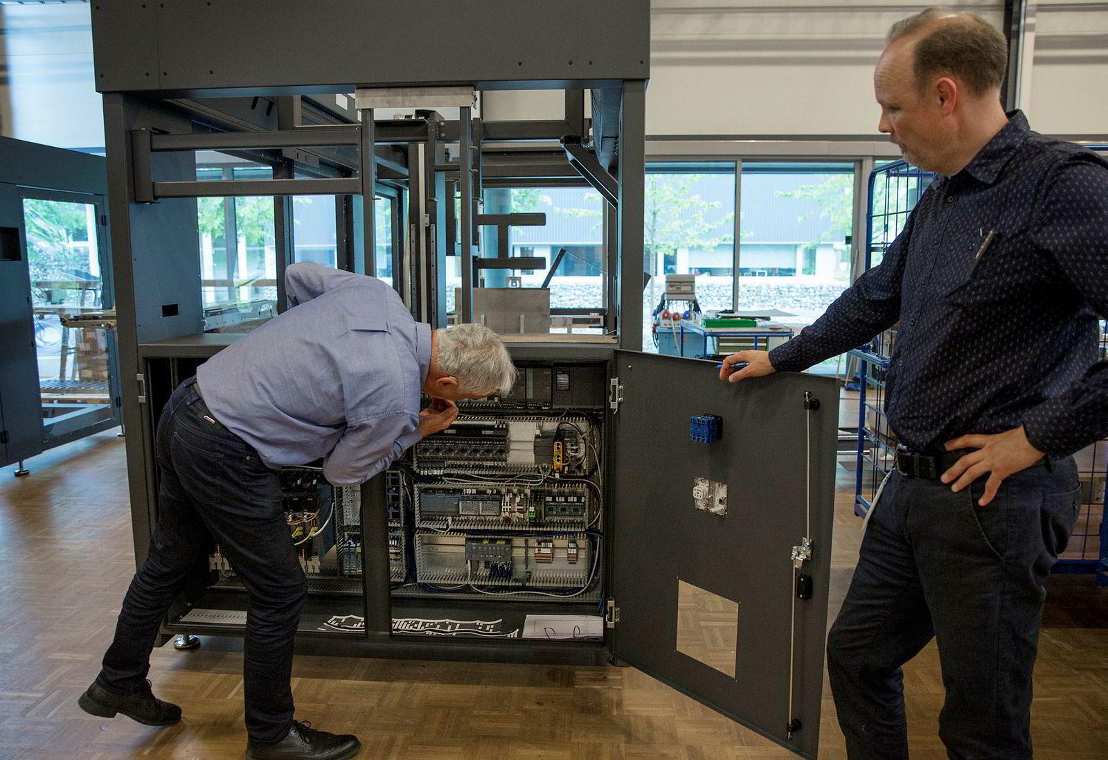 – Det kommer mer Siemens-teknologi her, sier Ola Tronrud, mens han bøyer seg ned for å sjekke hvor langt gutta i pakkeavdelingen er kommet i monteringen.