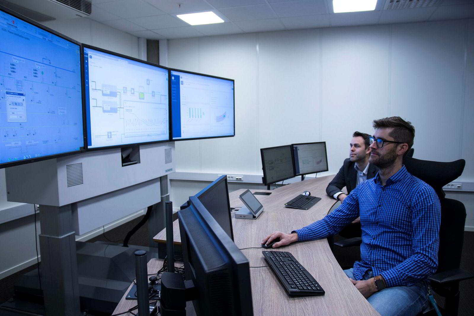 Ingeniørene Eirik Harstad og Jostein Sand Kjellsen følger med på dataene som strømmer inn fra en plattform i Nordsjøen.