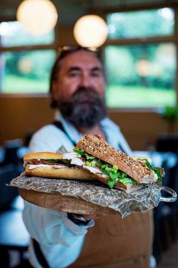 Stolt leverandør: Lars Gunzler i Far og Sønn går god for maten som blir levert til Oslo-kantinene.