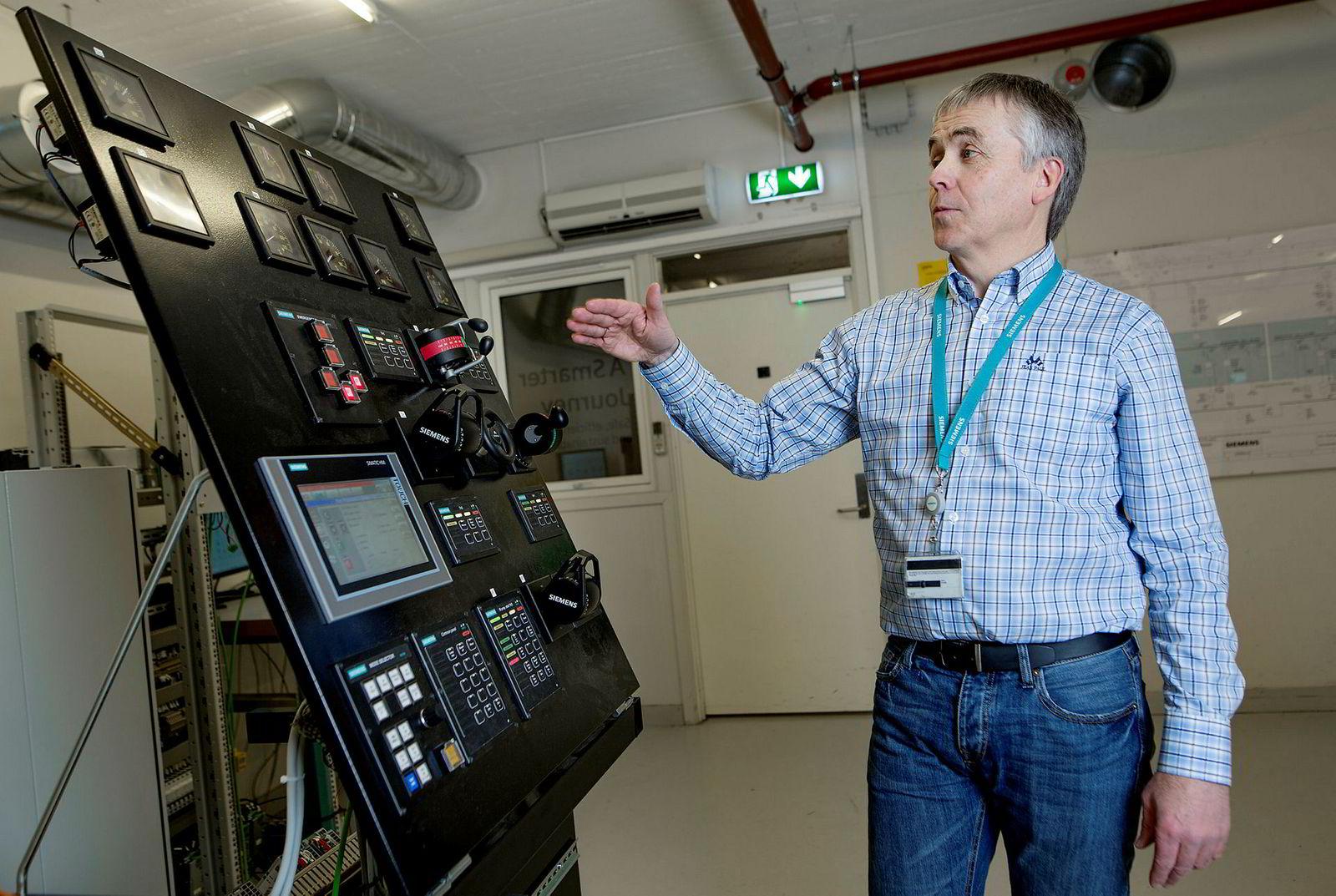 Lars Barstad viser oss hvordan man starter opp et elektrisk supplyskip.