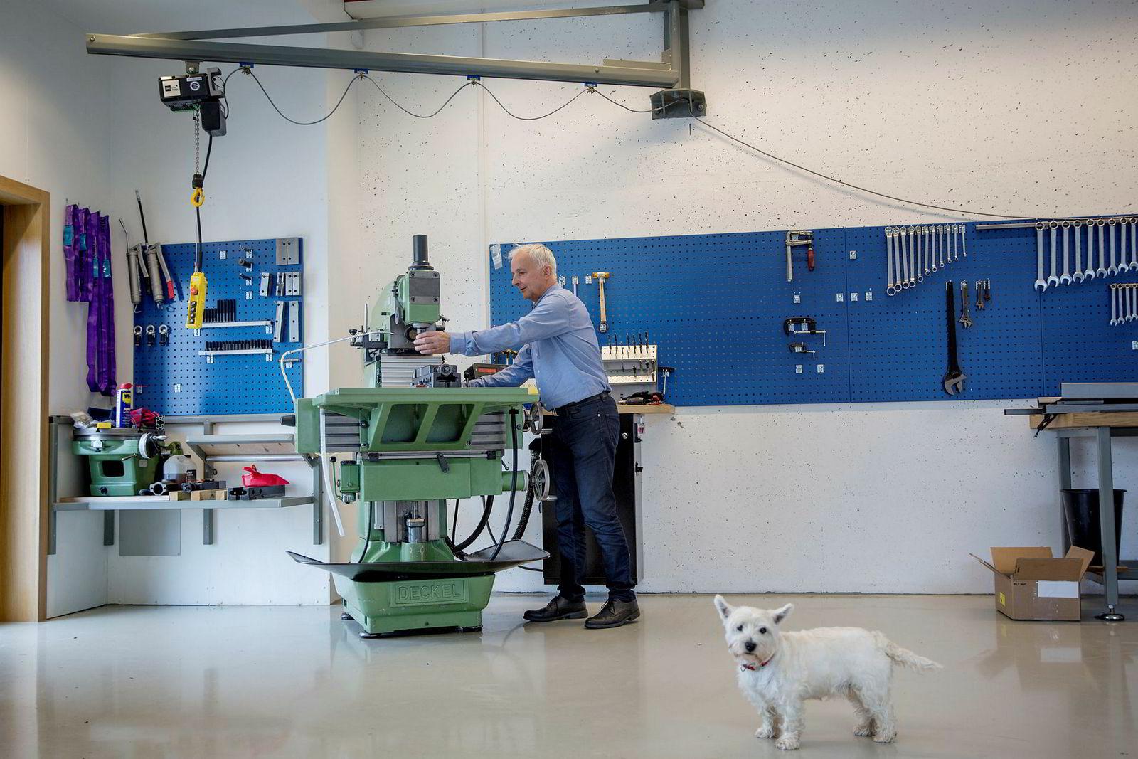 Det er god plass i verkstedet som Ola Tronrud har bygget i det nye huset sitt hjemme på Hønefoss. Her pusler han fremdeles med sin CNC-maskin i ledige stunder.