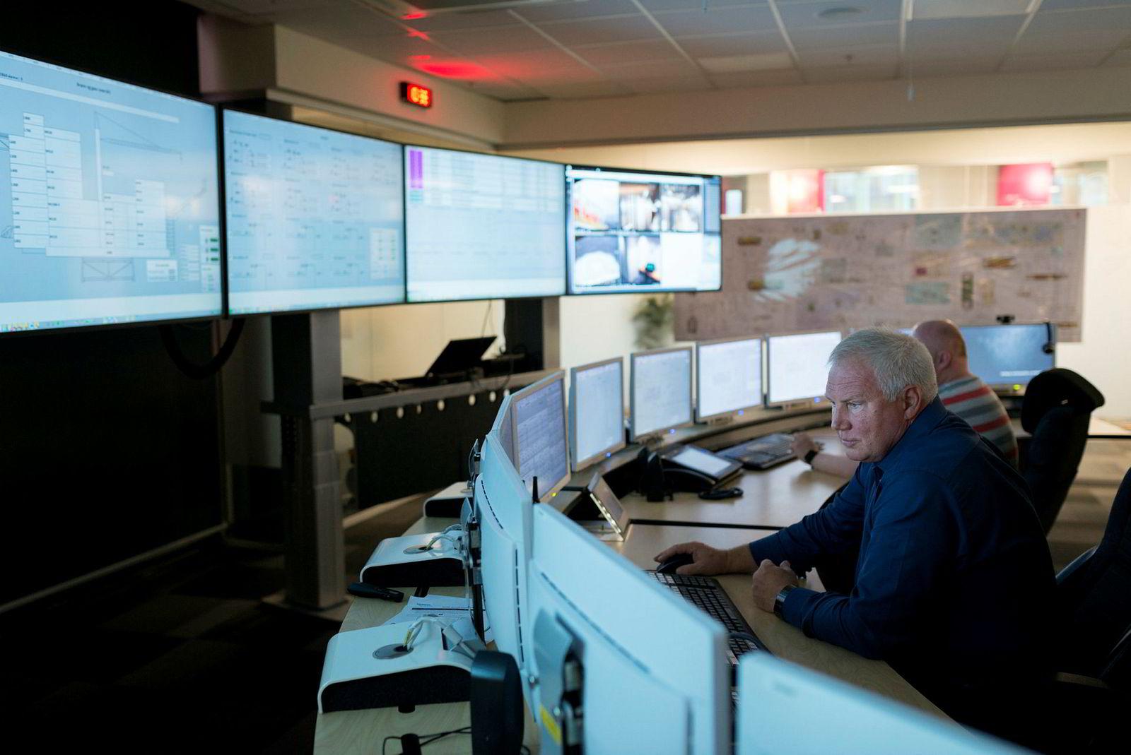 – I opplæring simulerer vi hele prosessen ombord på plattformen. Instruktøren står bak her og kjører stressmestringskurs, da hagler telefoner, varsellamper og beskjeder, for å stresse operatørene mest mulig, sier senioringeniør Morten Ileby i Aker BP.