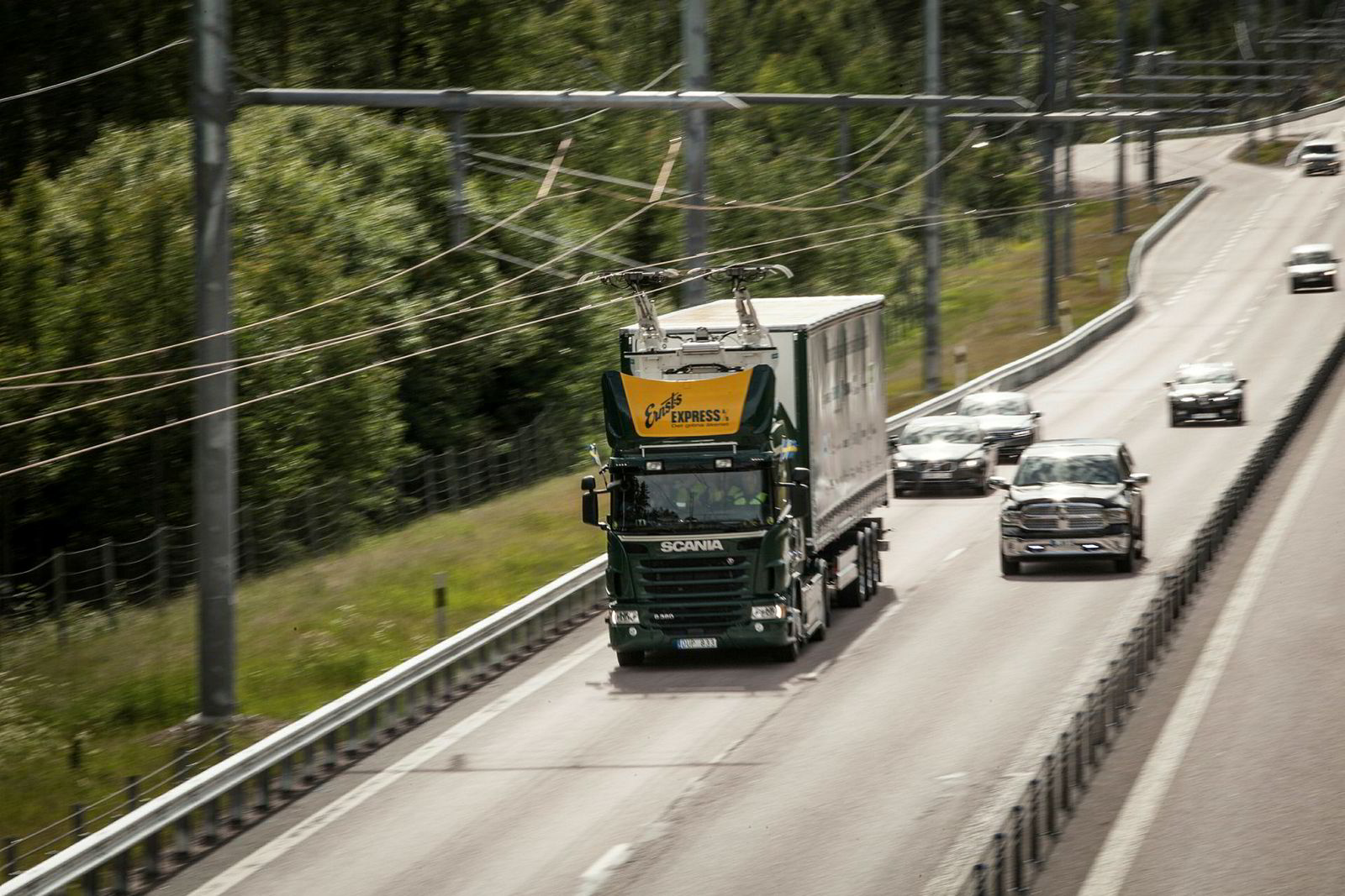 For best driftsøkonomi, bør en lastebil være på veien så mye som mulig. Løsninger som gjør at bilene kan kjøres elektrisk er både miljøvennlig og gir lavere drivstoffutgifter. I tillegg spares det tid fordi lastebilen slipper å lade i mange timer på en parkeringsplass.