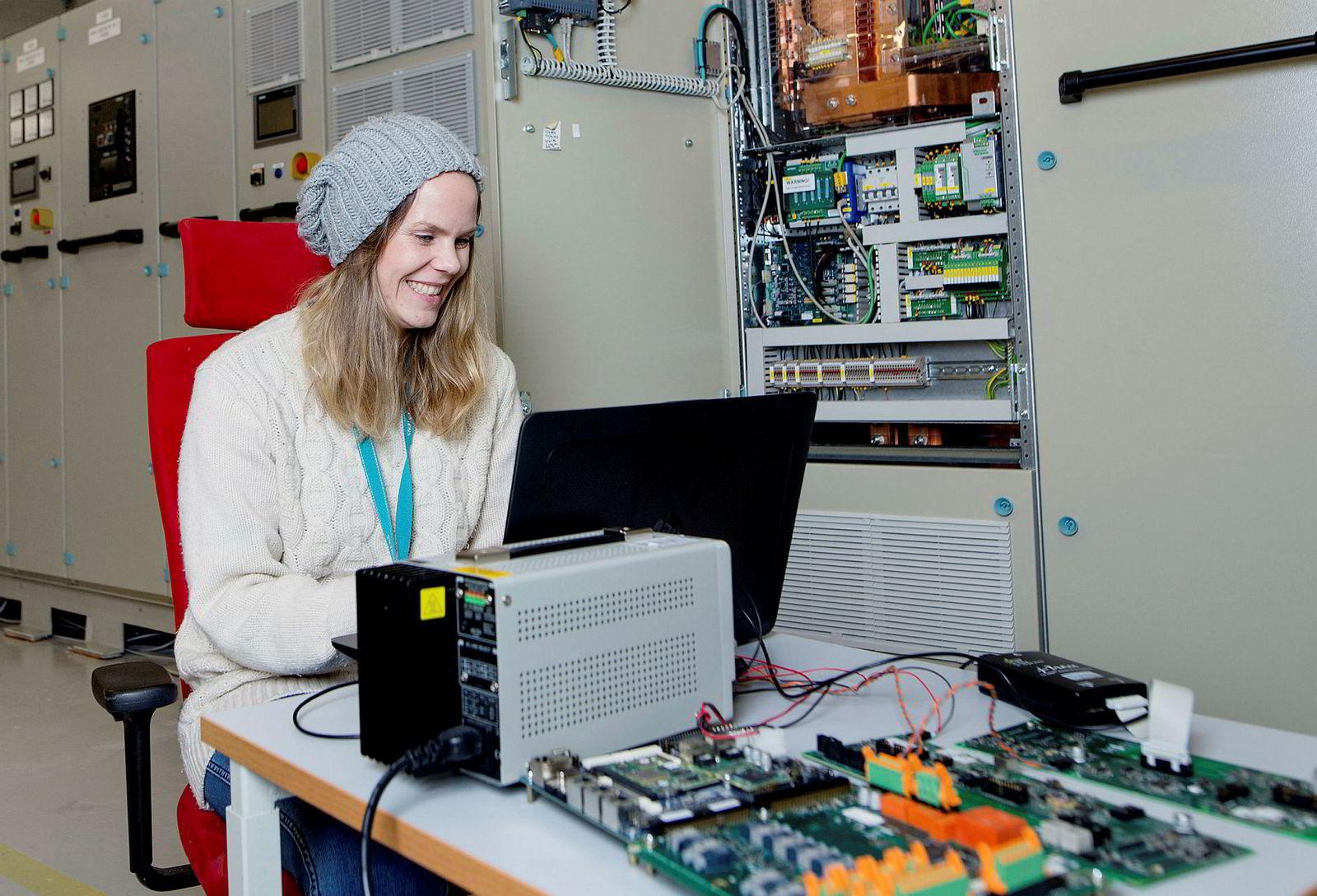 – Det vi gjør har vi ikke gjort før, så for oss er det veldig nyskapende, sier ingeniør Marte Elisabeth Bakken Skjønsfjell. Her tester hun om batterisystemene hun har vært med på å utvikle fungerer i et kraftsystem som er identisk med kraftsystemet man finner på et skip.