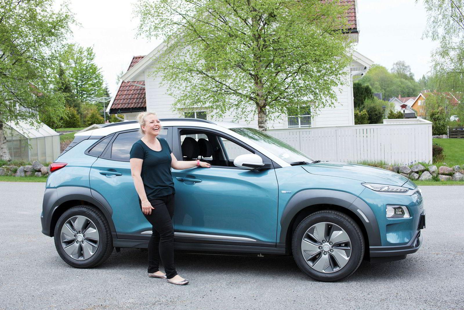 Trine Hansen (38) fra Larvik har fått en sniktitt på den nye Hyundai KONA, elbil-SUVen som spås å ta det norske markedet med storm senere i sommer. Foto: Marte Aubert