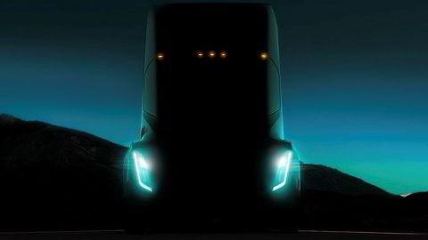 det store forhåpninger til den nye el-traileren Tesla Semi, men lanseringen har så langt latt vente på seg. Nå skal den elektriske lastebilen angivelig være klar for serieproduksjon.