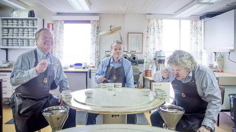 I laboratoriet. Med Ali kaffe og Evergood har familien Johannson skapt to av markedets sterkeste merkevarer. Gjennom NorgesGruppen har de også betydelige eierandeler i kaffebarkjeder som Kaffebrenneriet og Stockfleths. Både Knut Hartvig og broren Torbjørn ble i ung alder sendt på lange opphold i både Brasil og Kenya for å lære seg faget. Også Johan har måttet lære seg å slurpe riktig.