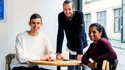 Deler. De deler jobb og inntekt og er bestevenner. Hver torsdag deler de også personalmat med gjester. Claes Helbak, Magnus Haugland Paaske og Nayana Engh driver restaurant Söl sammen. De to sistnevnte er også kjærester.