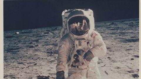Av måneskinn gror det mange ting: Det er få ting som har virket så stimulerende på mennesket som tanken om månen. Her fra en meget viktig gåtur i 1969.