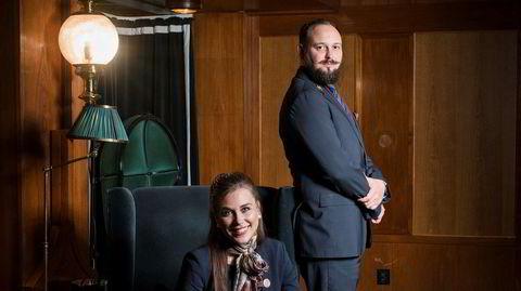 Fiksere. Martine Rødseth og Erik Skarsheim har henholdsvis tre og fire år bak seg som concierger på Grand Hotel. – Det sies at vi skal vite hva gjesten vil før hun kommer frem til oss, sier Skarsheim