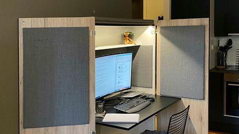 Smart løsning. Den nåværende hjemmekontorløsningen er designet for å ha god plass til både en stor skjerm og laptop.