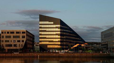En plass i solen. Fasadeinndelingen er basert på størrelsen til solcellepanelene og aluminiumsplatene. – Et vindu er enten like stort som én, to eller tre plater, sier Andreas Nygaard.