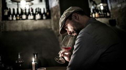 Vinbaren Spontan i Trondheim arrangerer rødvinssmaking, og Bjørn Håvard Larsen ber om å få servert vinene blindt.