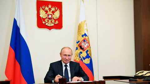 Russlands president Vladimir Putin på kontoret i presidentresidensen i Novo-Ogarjovo utenfor Moskva mandag.
