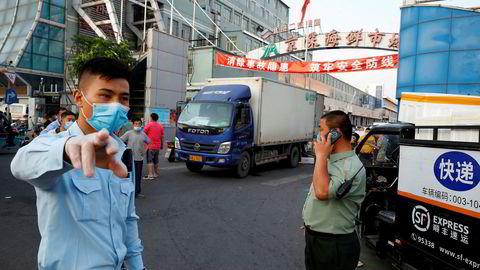 Et av Beijings viktigste feskvaremarkeder er stengt etter ny koronasmitte. Ved Asia-børsene er det oppgang etter at den amerikanske sentralbanken kommer støttende til med likviditet.