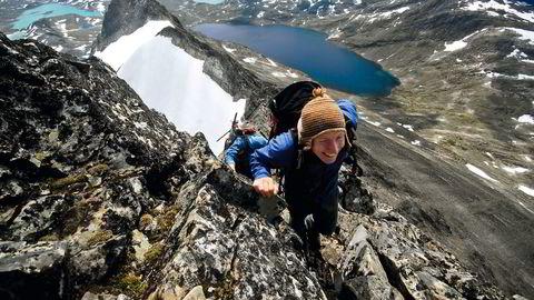 Utsikt uten grenser. Sindre Brevold har snart beseiret Uranostind i Jotunheimen. Foto: Jon Olav Volden / Torbjørn Solheim /