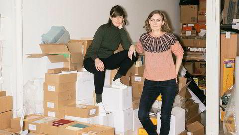 Seriegründere. Bak den etter hvert 24 utgivelser sterke pamflettserien Angle står de norske kunstnerne Line Bøhmer Løkken (til høyre) og Verena Winkelmann.