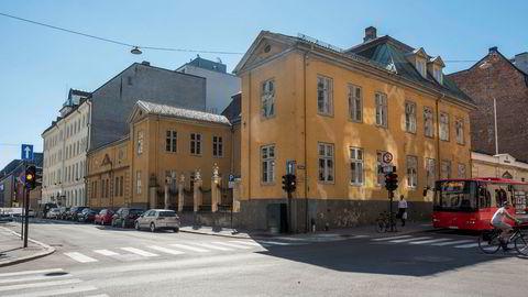 Den gamle Krigsskolen er oppført cirka 1640 av kansler Jens Bjelke. Fordi ingen vil kjøpe det totalfredede bygget vil nok staten uansett måtte plukke opp regningen.