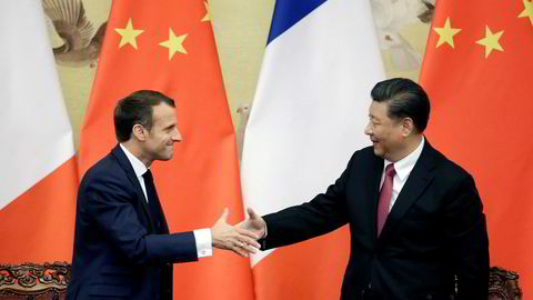 Frankrikes president Emmanuel Macron håndhilste på Kinas president Xi Jinping etter onsdagens pressekonferanse i Beijing. Foto: AP / NTB scanpix