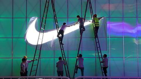 Nike har vært i Kina i nesten 40 år og er et av de mest kjente amerikanske selskapene i landet. USAs president Mike Pence kritiserer amerikanske selskaper for å la seg utnytte av Kina.