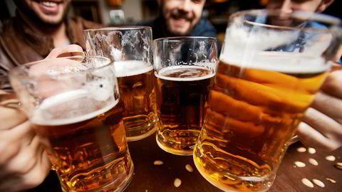 Utestedene må stenge skjenking av alkohol midnatt, fordi smitteverntiltakene ser ut til å være vanskelig å håndheve når promillen stiger.