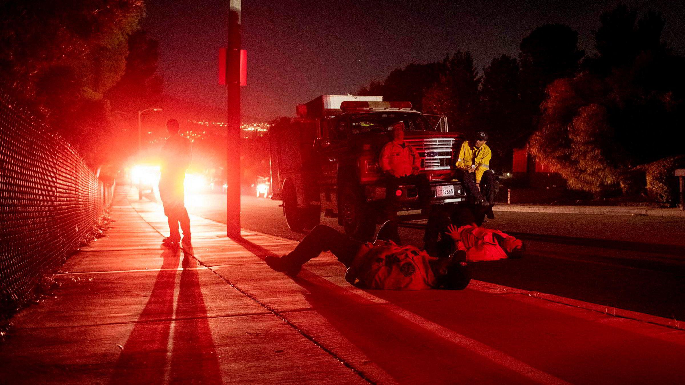 Flere skogbranner i California sprer seg raskt og titusenvis må evakuere.
