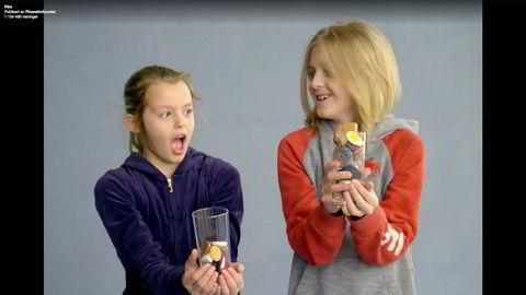 I Finansforbundets video reagerte barna instinktivt på at gutten fikk nesten dobbelt så mye godteri som jenta. De omfordelte porsjonene på eget initiativ til de var like.