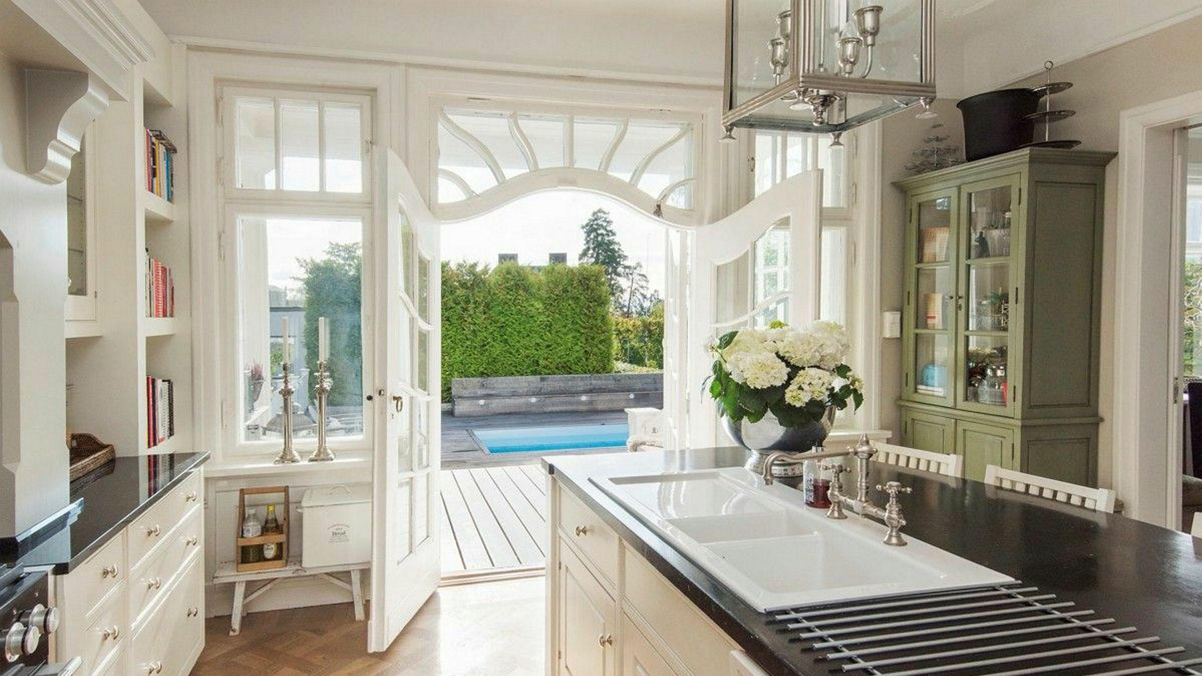 Anita Krohn Traaseth selger huset på Bestum. Siden kjøpet i 2012 er blant annet kjøkkenet pusset opp, og det er oppført svømmebasseng på uteområdet.