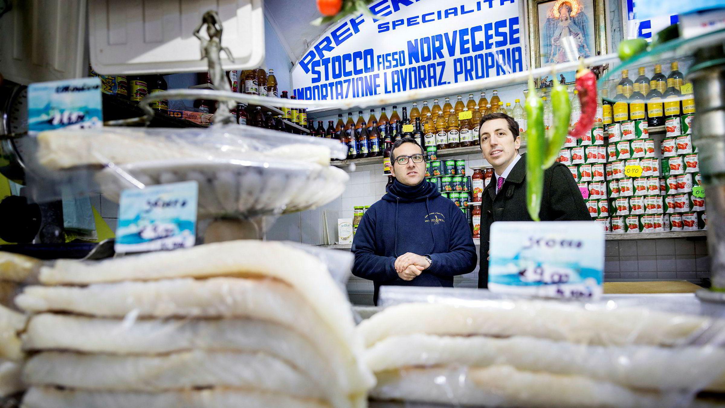 Tørrfisk ferdig til bruk i fiskeforretningen til Vinzenzo Apicella (til venstre). Her sammen med agenten Nico Alloia.