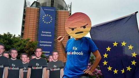 Aktivister demonstrerte mot Facebook med pappfigurer av Mark Zuckerberg påmalt slagordet «Fix Fakebook» utenfor EUs hovedkvarter i Brussel i slutten av mai.