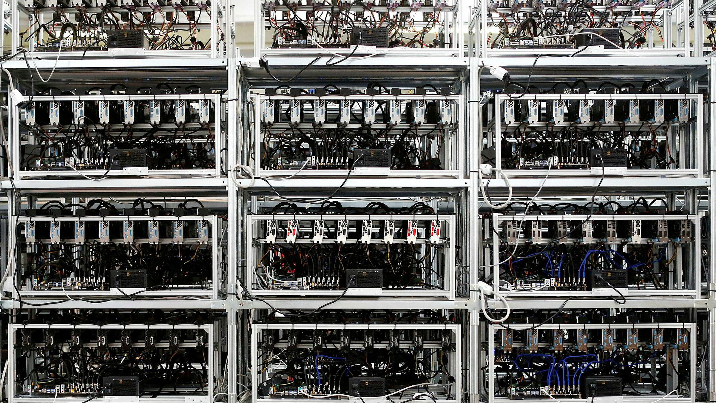 Store nyinnkjøpte datakomponenter skal ha blitt frastjålet nordmannen i Serbia. Her et arkivfoto av maskiner som driver utvinning av kryptovalutaen bitcoin.