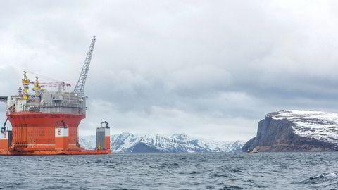 Nå starter kampen i regjering om hvor langt nord i Barentshavet det skal letes etter olje. Her er Goliat-plattformen på vei inn til Hammerfest, langt sør i havet.