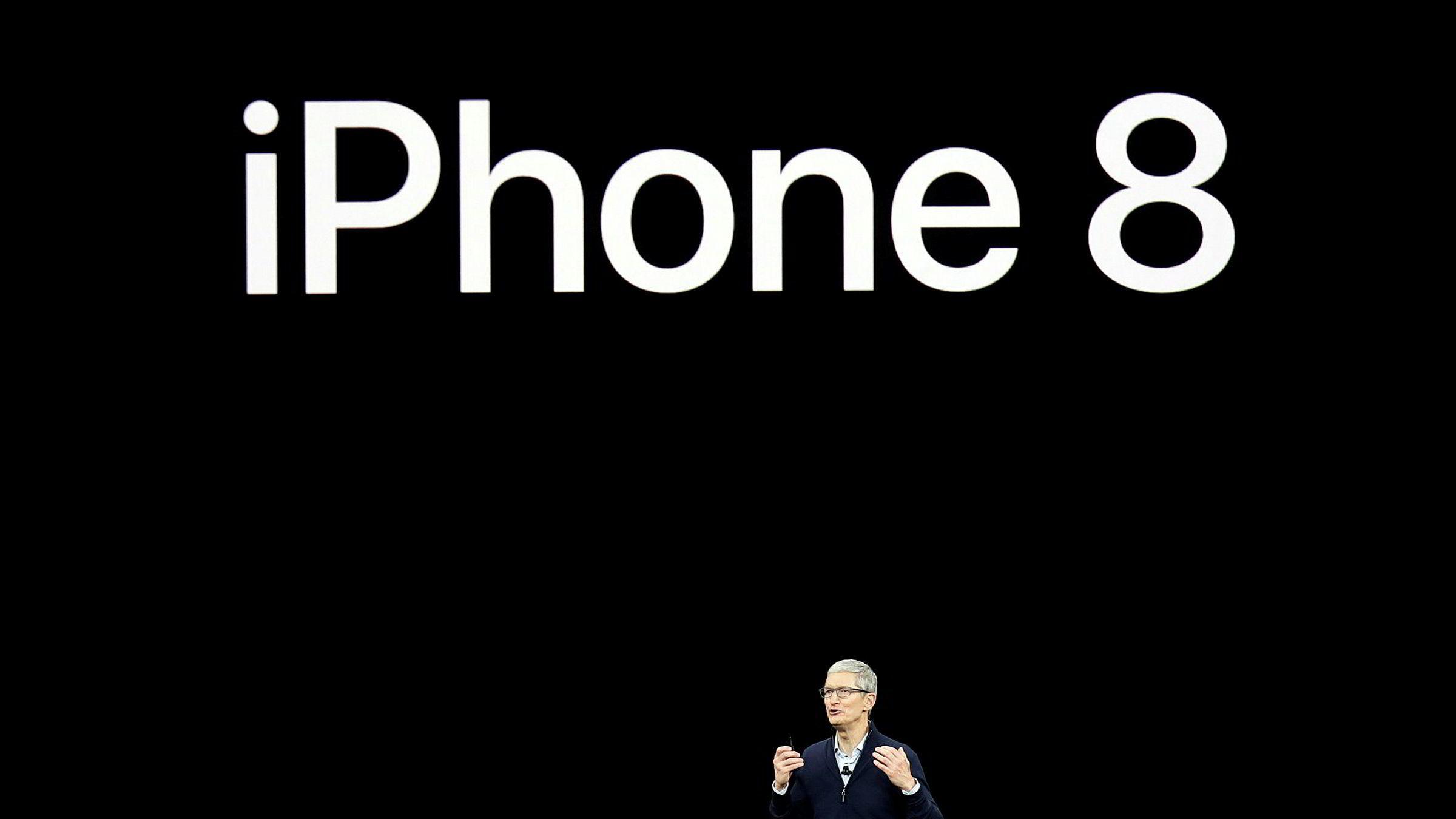 Apple-sjef Tim Cook viser Iphone 8 for første gang i California, 12. september 2017.