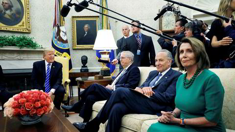 President Donald Trump (fra venstre) den republikanske senatslederen Mitch McConnell på bli enige med de demokratiske kongresslederne Chuck Schumer og Nancy Pelosi for å unngå at statlige funksjoner stenges ned. Her fra et møte i Det hvite hus tidligere i høst.