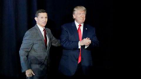 USAs president Donald Trump fotografert sammen med sin tidligere sikkerhetsrådgiver Michael Flynn i fjor.