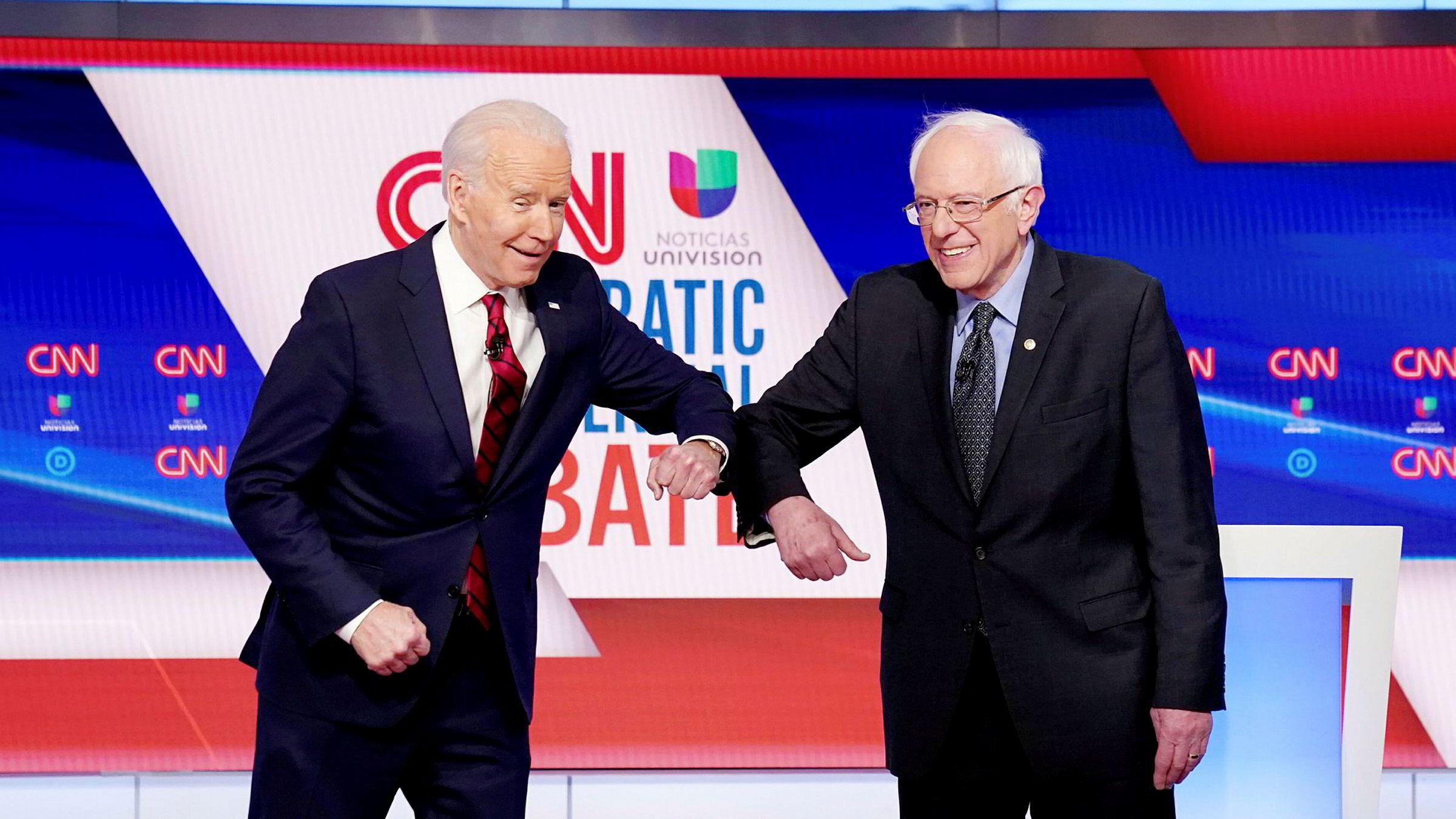 Jo Biden (til venstre) og Bernie Sanders diskuterte søndag hvem av dem som er best kvalifisert til å bli Demokratenes presidentkandidat.
