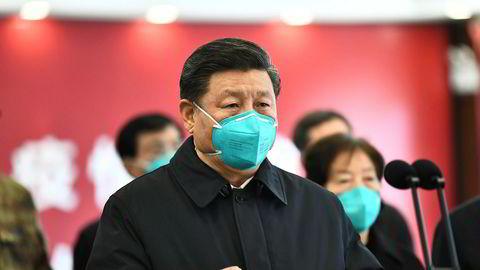 Kinas president Xi Jinping snakker gjennom video til pasienter og personell på et sykehus i Wuhan.  Akilleshælen er at ingen tror på informasjonen som kommer fra Kina, skriver artikkelforfatteren.