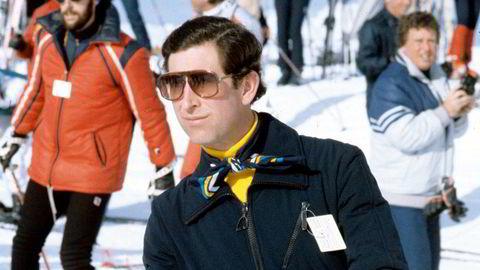 Royal skiboms. Prins Charles i Liechtensteins alper på nyåret 1983 – atten måneder etter bryllupet med Diana. Legg merke til knytingen av det frekke silkeskjerfet over den gule høyhalseren.
