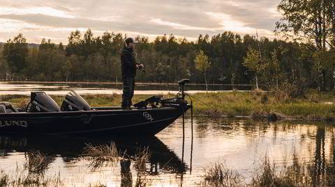 Rovfiskfiske. Marius Godli har digre gjedder i sikte fra sin trofaste «kastefiskebåt», spesialimportert fra USA.