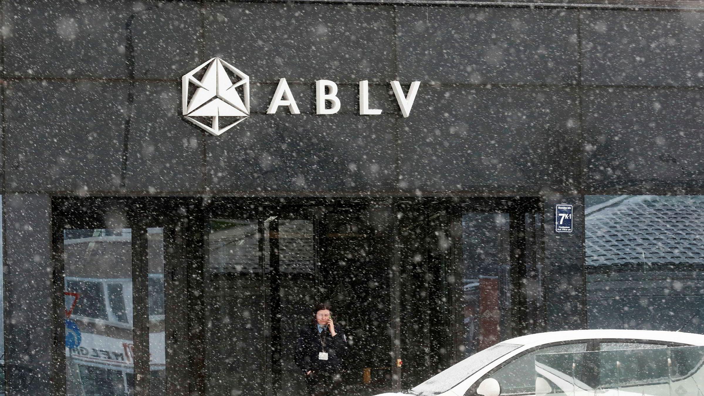 En sikkerhetsvakt utenfor hovedkontoret til ABLV-banken i Riga i Latvia.
