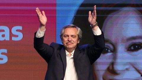 Alberto Fernández feirer valgseieren. Men selv om han blir president tror de fleste at visepresident Cristina Fernandez de Kirchner (i bakgrunnen) vil ha det avgjørende ordet.