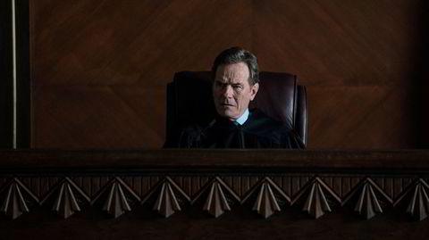 Dommeren Michael Desiato (Bryan Cranston) forvalter loven, men skal komme til å bryte den mange, mange ganger i løpet av «Your Honor».